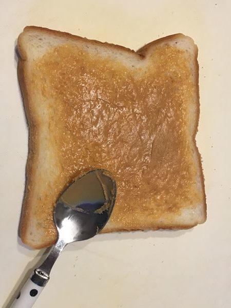 ピーナッツバターを塗った食パン