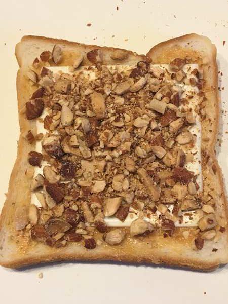 ピーナッツバター・チーズ・砕いたアーモンドをのせた食パン