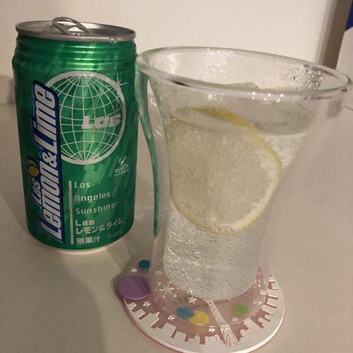 グラスに入れた業務スーパー神戸居留地のLasレモン&ライム