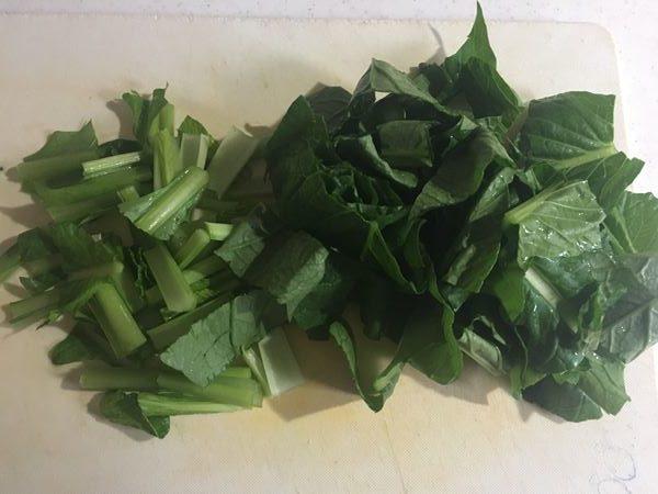 食べやすい大きさにカットした小松菜