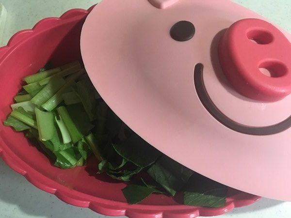 耐熱容器に入れた小松菜
