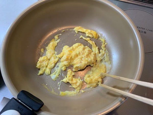 フライパンでスクランブルエッグを作る様子
