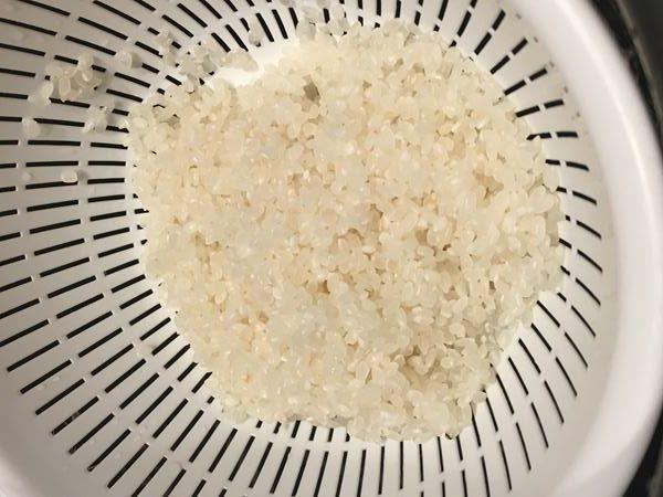 研ぎ終わってザルにあげたお米
