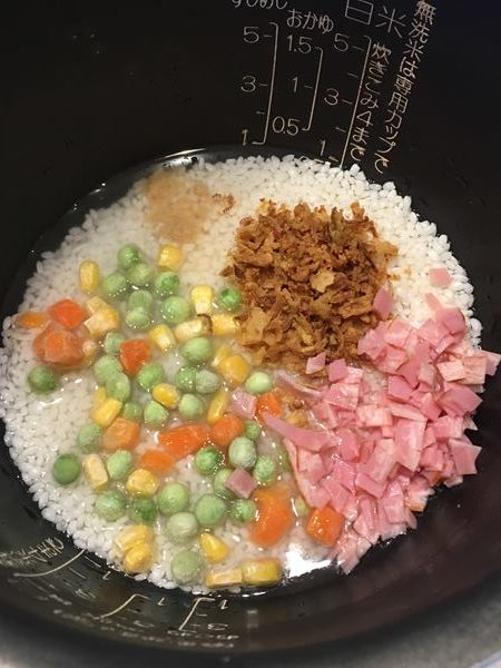炊飯器に入れた業務スーパーのフライドオニオン入り混ぜご飯の材料