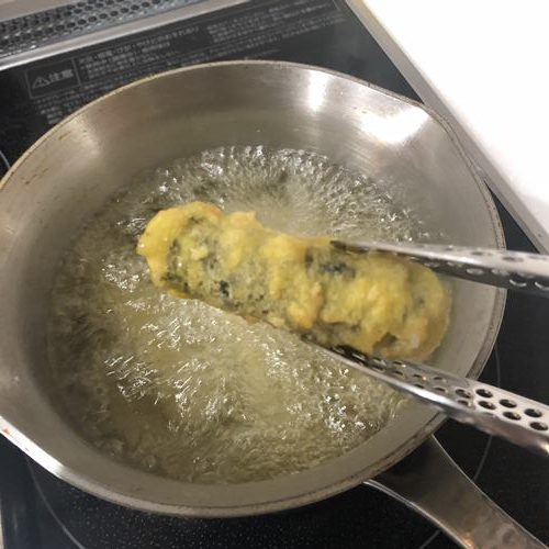 揚がったキムマリを油から出す様子