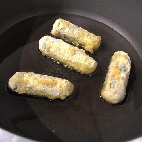 少々の油を熱したフライパンに入れた業務スーパーのキムマリ