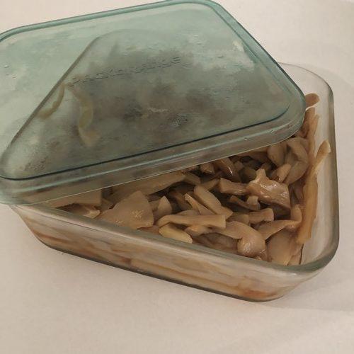 ガラス製保存容器に入れた業務スーパーの味付けメンマ