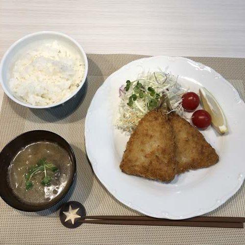 お皿に盛りつけた業務スーパーのアジフライ・ご飯・味噌汁
