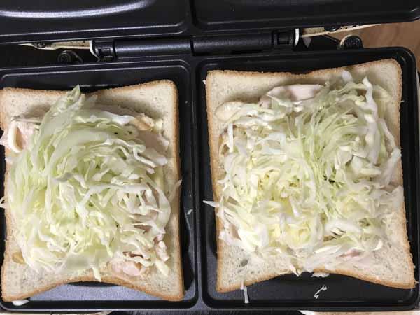 スモークチキン、キャベツ、チーズ、マヨネーズをパンにのせる