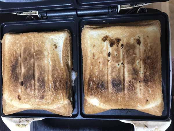 3に残りのパンをのせ、ホットサンドメーカーで挟んで焼く