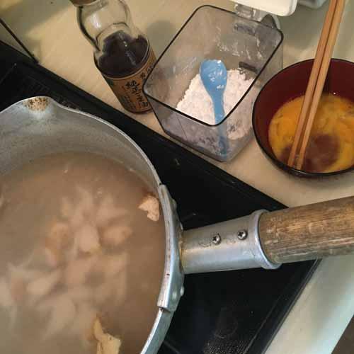 卵を器に割り入れてかき混ぜておく