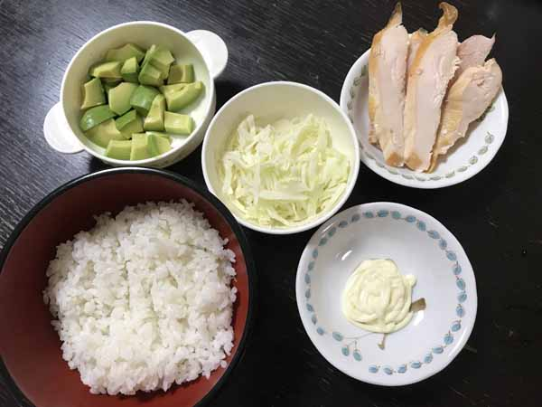 スモークチキンを使った冷蔵庫の残り物で作る!サラダ丼の材料
