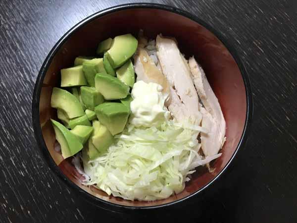 スモークチキンを使った冷蔵庫の残り物で作る!サラダ丼