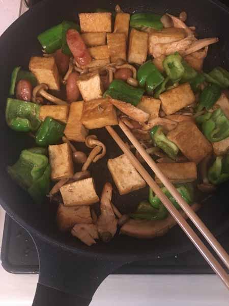 厚揚げ、ソーセージ、スモークチキン、しめじ、ピーマンの順に炒める