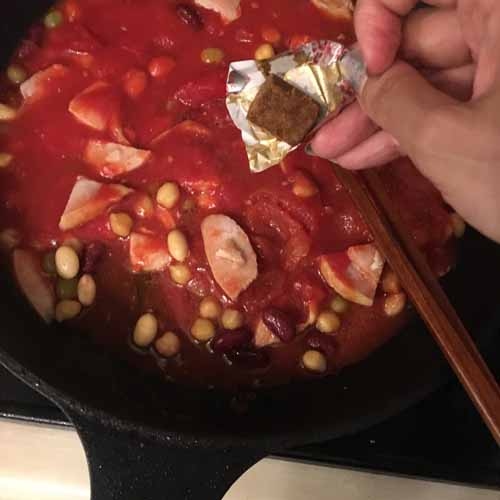 トマト缶、ブイヨンを入れて中火で煮込む