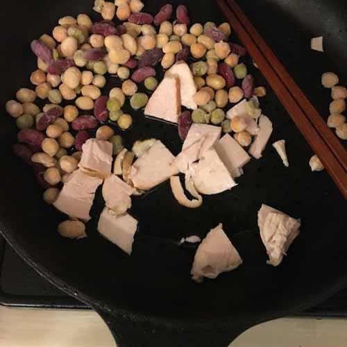フライパンにオリーブオイルをしき、チキン、豆を軽く炒める