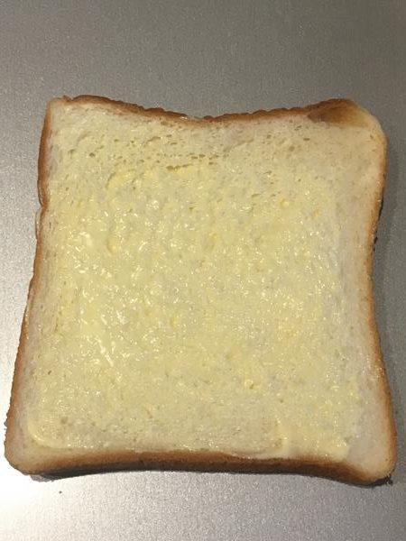 バターを塗った食パン