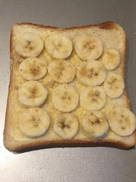 輪切りバナナをのせて砂糖・塩をふった食パン