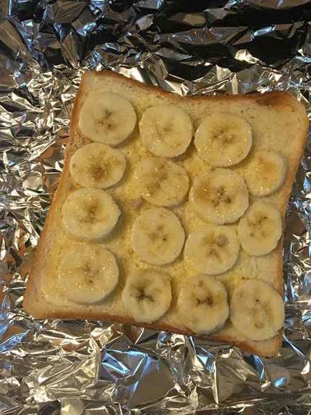 トースターに入れたバナナのせ食パン