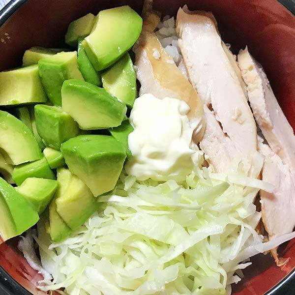 完成したスモークチキンを使った冷蔵庫の残り物で作る!サラダ丼