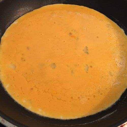 フライパンに入れた卵液