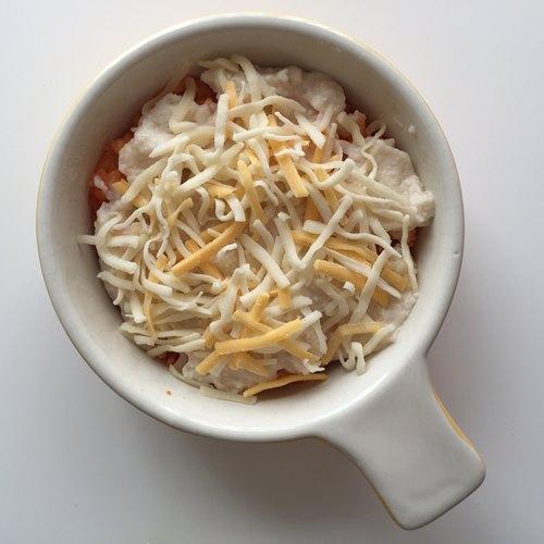 グラタン皿に入れたチキンライス・ホワイトソース・チーズ