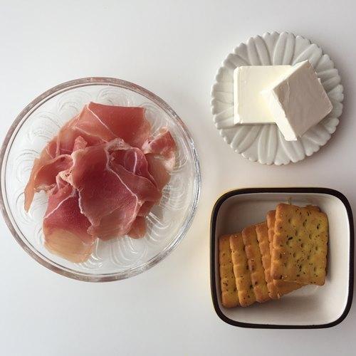 業務スーパーのフォレストクラッカー・クリームチーズ・生ハム