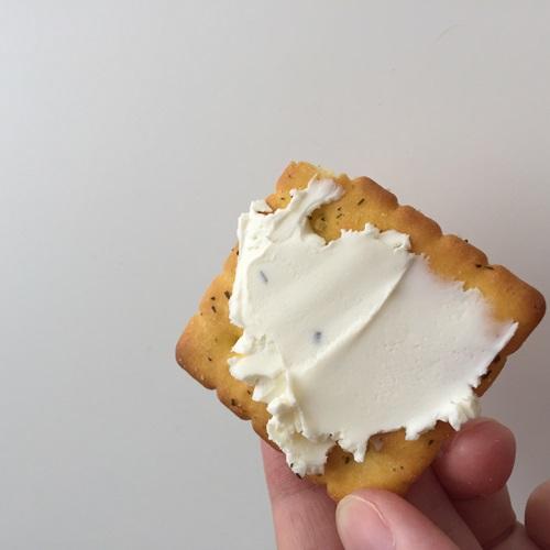 クリームチーズを塗った業務スーパーのフォレストクラッカー