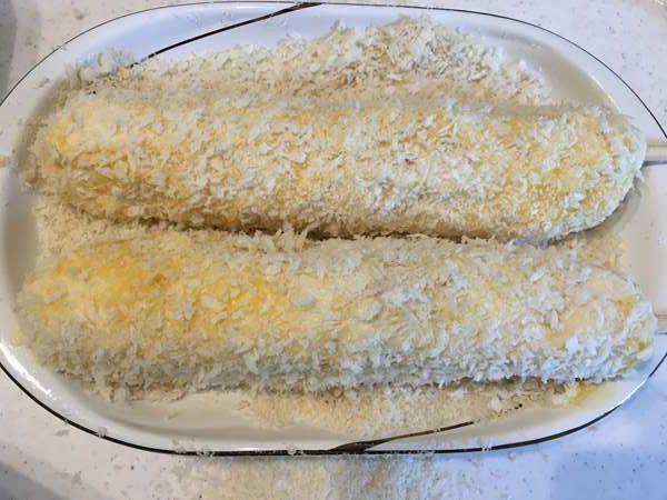溶き卵とパン粉をつけたチーズドッグ