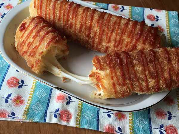 手作りチーズドッグのチーズがのびる様子