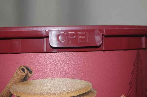 業務スーパーのジンジャークッキー缶の開封口