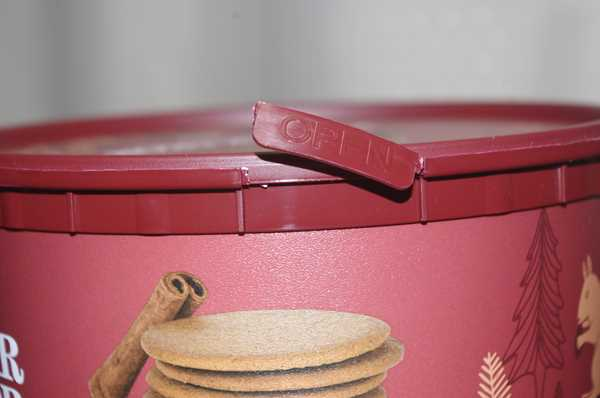 業務スーパーのジンジャークッキー缶の開封口を切った様子
