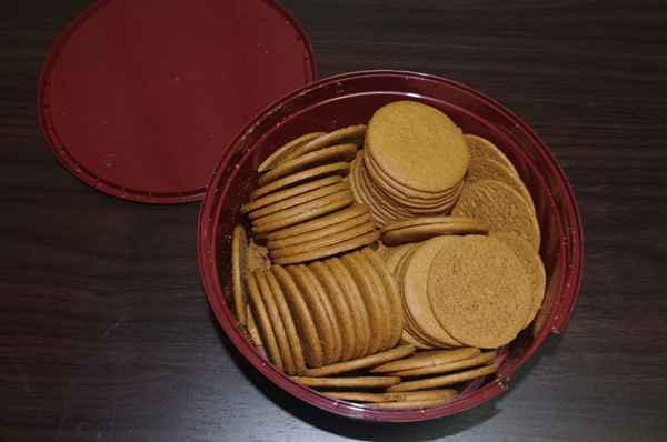 缶に入っている沢山のジンジャークッキー