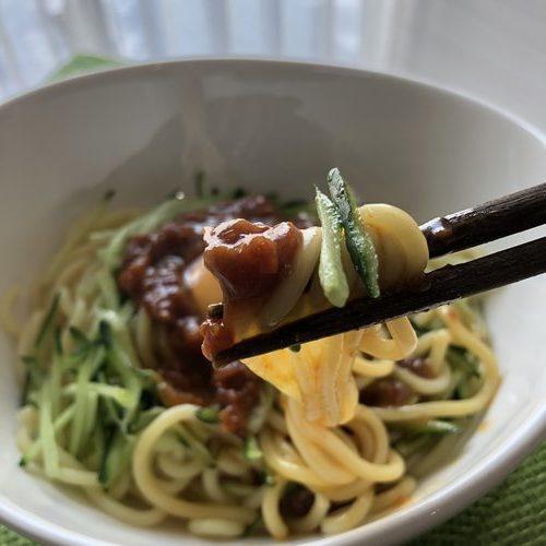 箸で持ち上げたジャージャー麺