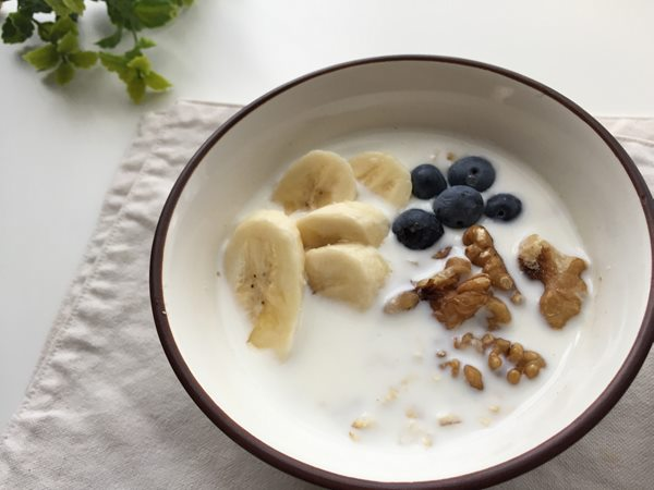 牛乳に浸けた業務スーパーのオートミールにトッピングしたバナナ・ブルーベリー・クルミ
