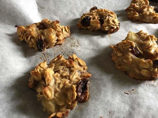 こんがり焼けた業務スーパーのオートミールを使ったクッキー