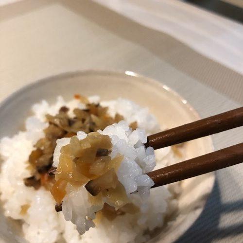 業務スーパーおかわり生姜をのせたご飯を箸で持ち上げる様子