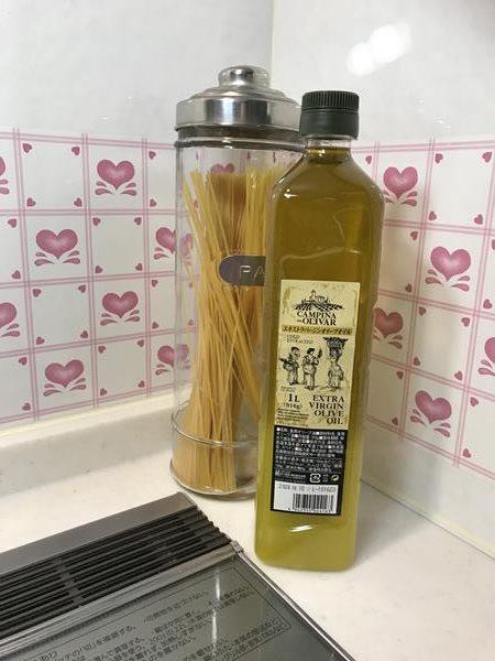 キッチンに置いた業務スーパーのオリーブオイル