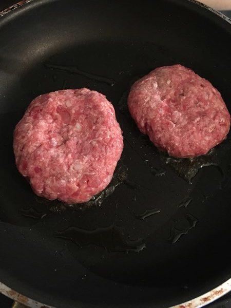 フライパンで焼いている業務スーパーのポテトサラダ入りハンバーグ