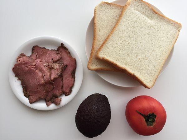業務スーパーのローストビーフ・食パン・トマト・アボカド