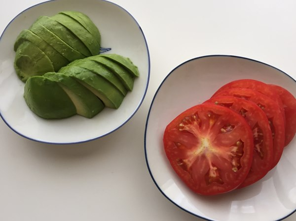 カットしたアボカドとトマト