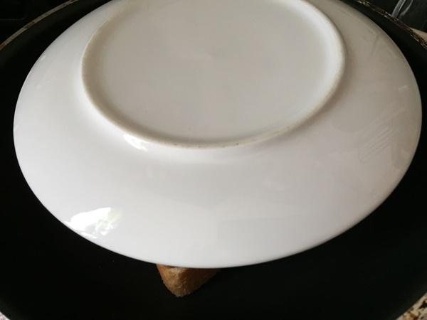 焼いているサンドイッチにのせたお皿