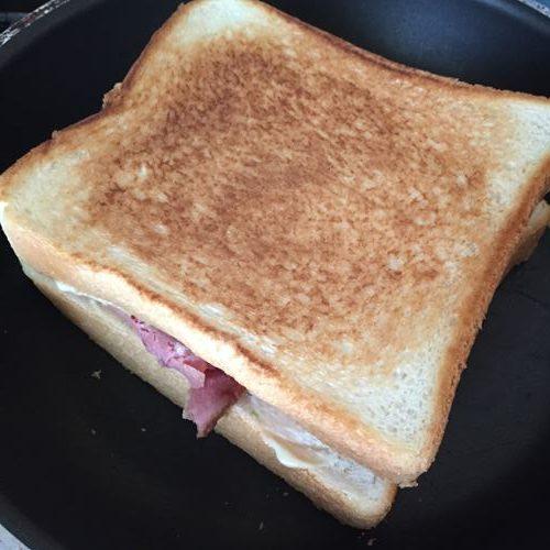 こんがり焼けた業務スーパーのローストビーフ入りサンドイッチ