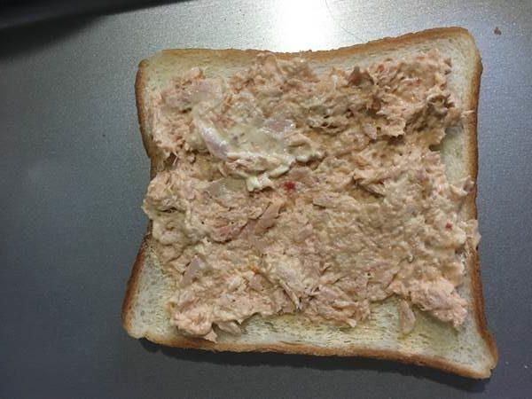 マヨネーズ・ツナ・豆板醤を混ぜたものを塗った食パン