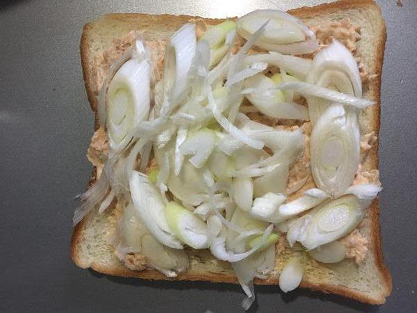 ツナペーストにねぎをのせた食パン