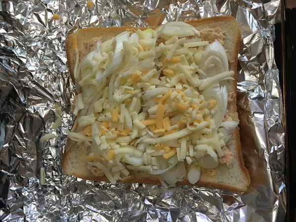 ツナペーストとねぎの上にチーズをのせた食パン