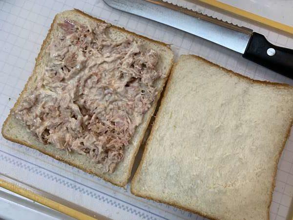 食パンにのせたツナマヨ