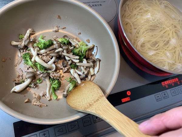 パスタを茹でながらツナ・しめじ・ブロッコリーを炒める様子