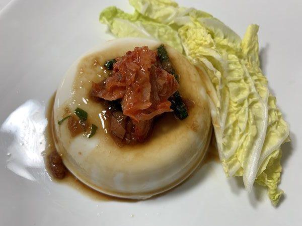 業務スーパーの梅干しで作ったドレッシングをかけた豆腐にトッピングしたキムチ