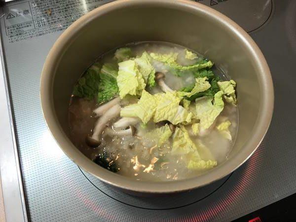 鍋で煮た業務スーパーの玄米がゆに加えた白菜・きのこ